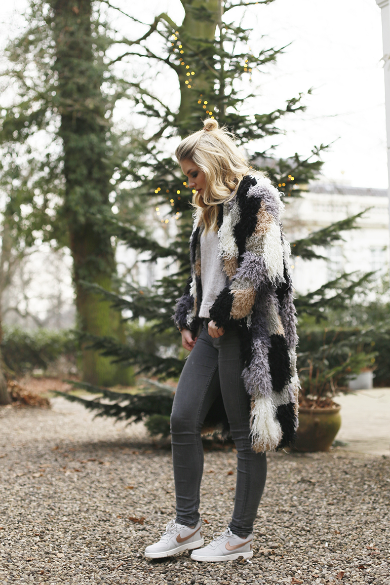 casual christmas, patchwork coat, patchwork jas, grijze jeans, nike court borough, nike sneakers, vanharen, kerst, eerste kerstdag, vlog, borrel, outfitpost, chic le fric, choker, zwarte choker, skinny jeans, sonsbeek arnhem, & other stories