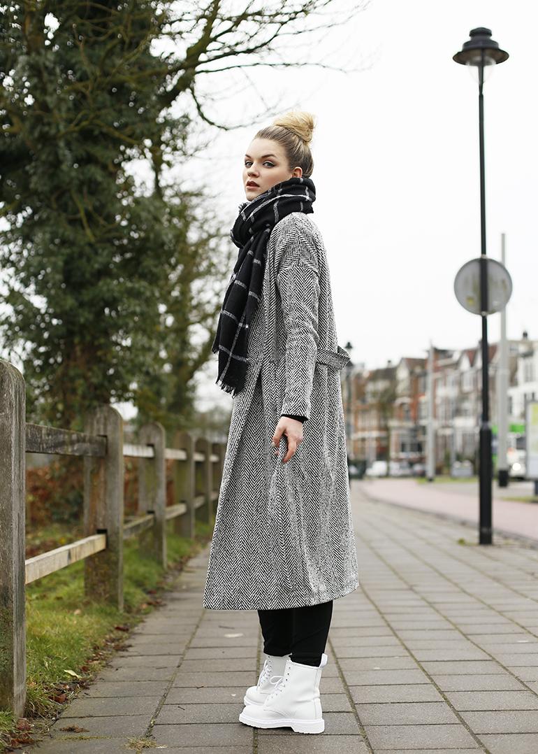inbetween coat, kenzo x h&m, geruite sjaal, witte dr. martens, arnhem, sonsbeek, lang vest, vero moda, otto, tussenjas, lente