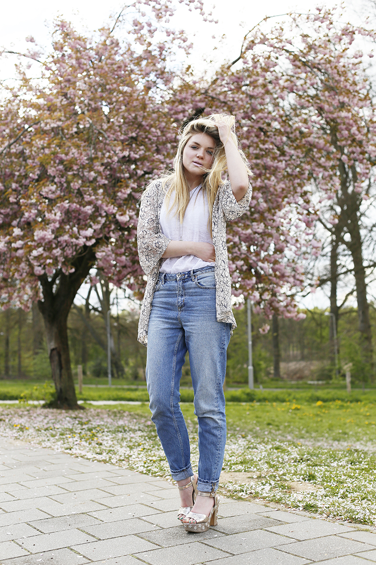 shoot for the stars, sterrenprint, ellie goulding x vanharen, sandalettes met sterren, bloesem, lente, kimono, kanten kimono, mom jeans, sandalen, fashionblogger, arnhem, modeblogger, fashion is a party, vlogging is a party seminar, fashionology, romantisch, edginess, mac x giambattista valli
