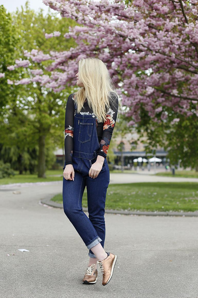 tuinbroek combineren, levi's, h&m studio, woden sneakers, scandinavisch design, bloesem, arnhem, fashionblogger, weekend wear, casual, dungarees, nonchalant, floral, bloementop, kurken zool, woden ydun sneakers