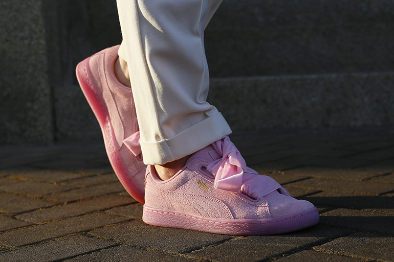 puma suede heart reset, puma sneakers, puma sneakers roze, fashionblogger, fashion is a party, puma cara delevingne, frill sleeves, h&m trend, otto, quay autralia, quay kiss and tell, nette broek, witte pantalon, witte broek, gestreept jurkje, pinksteren