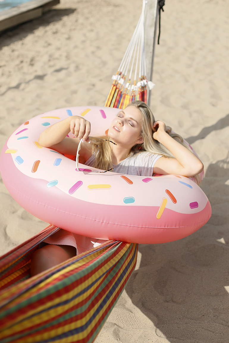 scapino, scapino vakantiegekte, opblaasitem, opblaasbaar luchtbed, opblaasitems, opblaasbare flamingo, opblaasbare donut, opblaasbaar ijsje, opblare unicorn, fashionblogger, rose's arnhem, hangmat, zomeroutfit, scapino campagne, fashion is a party, winactie