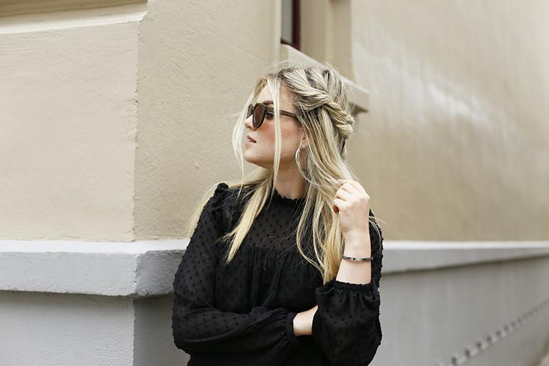 woodiful, houten zonnebril, fashionblogger, spijkerkwartier, fashion is a party, pantalon, retro zonnebril, #barefootblondehair, espadrilles, zwarte blouse, zomeroutfit, houten accessoire, houten zonnebril webshop, amber fillerup, vlecht, blond, haartutorial