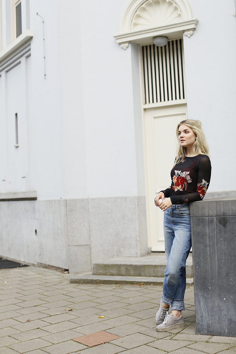 plateauzool en statement oorbellen, mom jeans, longsleeve, statement earrings, vanharen, sneakers plateauzool, fashionblogger, h&m studio, h&m ring, arnhem, fashion is a party, stoppen met nagelbijten, raylex, nagelbijter, kunstnagels