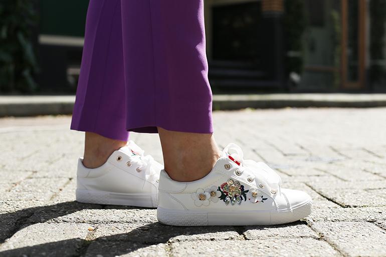 sneakers met bloemen, vanharen, witte sneakers, poloshirt, paarse pantalon, vanharen sneakers, 3d-bloemen, spijkerkwartier, arnhem, fashionblogger, grijze muizen, rode lipstick, zomeroutfit