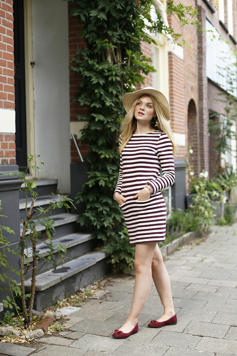 bordeaux ballerina's, bordeaux, stripes, jurk met strepen, jurk met streepjes, fashionblogger, fashion is a party, statement oorbellen, ballerina's, floppy hoed, gestreepte jurk, velvet enkellaarzen, & other stories, zara, godly jewels, zomeroutfit, zomerjurkje