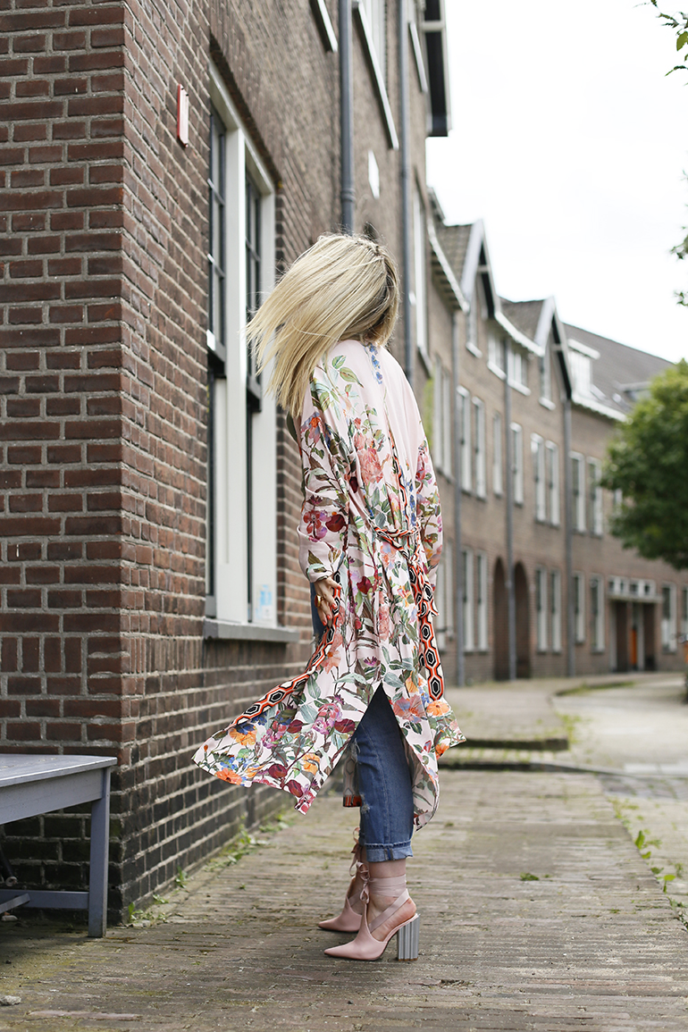 Mijn outfit met lace up mules, kimono en destroyed jeans » fashionisaparty.com