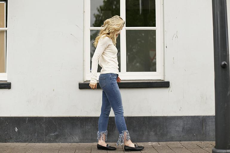tiered fringe jeans, loafers, vanharen, sleep cycle, slaapapp, bali, & other stories, primark, fashionblogger, lott gioielli oorbellen, herfstoutfit, top crème, jeans fringes, vanharen loafers
