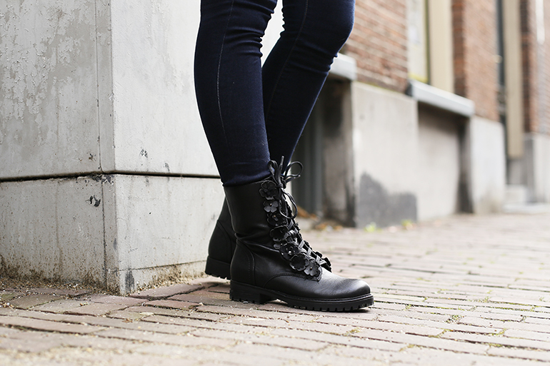 bikerboots met bloemen, vanharen, mosterdgroene blouse, fashionblogger, fashion is a party, skinny jeans, festina, lucardi, bikergilet, shop my closet, bdg jeans, & other stories, mi moneda, bikerboots outfit