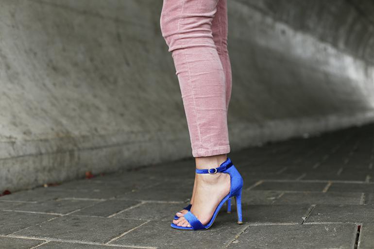 pink corduroy, corduroy broek, blauwe sandalettes, velvet sandalettes, fashionblogger, fashion is a party, adidas x topshop, adidas sweater, ellie goulding x vanharen, vanharen schoenen, blauwe hakken, fashiontrends 2017, fashiontrends herfst 2017, corduroy trend 2017, arnhem, styling