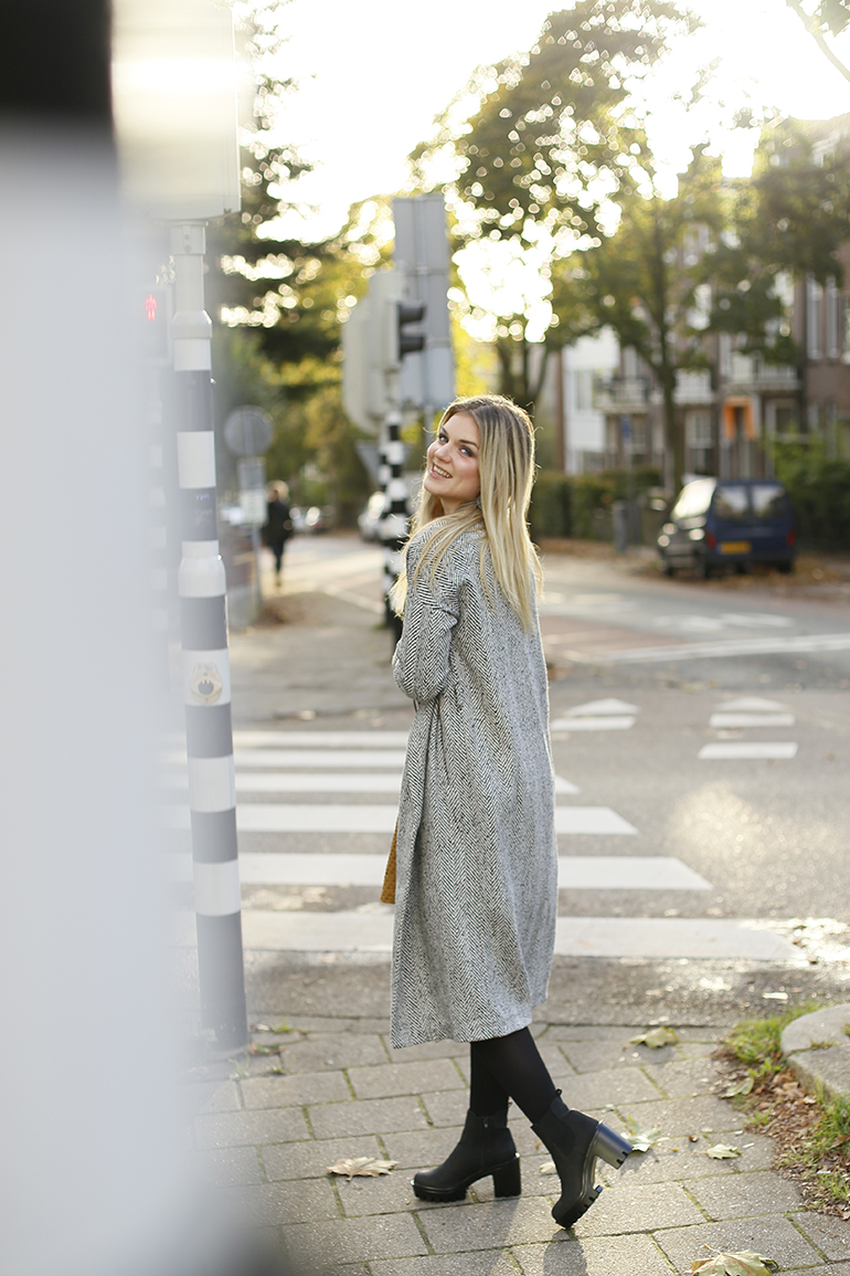 connecting the dots, a-lijn rokje, enkellaarzen, vanharen, statement oorbellen, vero moda, selected femme, enkellaarzen grove zool, fashionblogger, fashion is a party, tailleriem