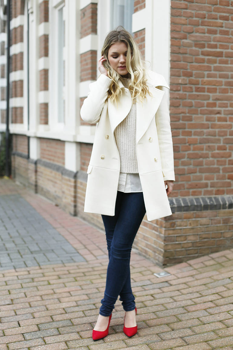 h&m trend, januari, nieuwjaarsborrel, winteroutfit, outfit rode schoenen, skinny jeans, double breasted coat, double breasted jas, off white sweater, off white blouse, red shoes, rode pumps, fashion is a party, fashionblogger, arnhem, vanharen, kitten heels,