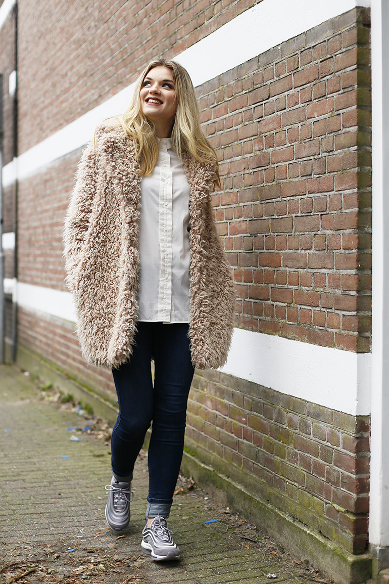 nike air max 97, kleding.nl, asos, chunky sneakers, daddy sneakers, furry coat, harige jas, witte blouse, klassieke witte blouse, skinny jeans, nike air max '97 ultra velvet, fashionblogger, fashion is a party, arnhem, liquid lipstick, supertrash odyssey coat, winteroutfit, outfit faux fur jas, nike air max 97 trend