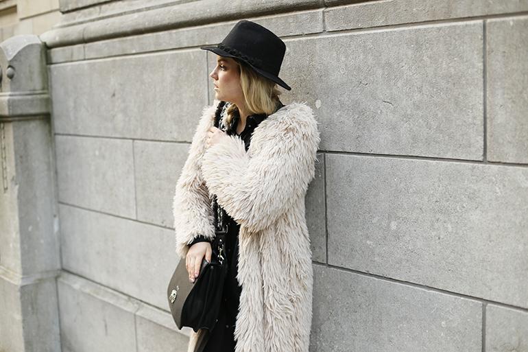 Duifhuizen tassen en koffers, replay handtas, zwarte handtas, fuzzy coat, fashionblogger, fashion is a party, winteroutfit, freezing cold, outfit winter, outfit vriezen, warme outfit, ugg australia, ugg laarzen, hoedje, faux fur jas, shirt dress