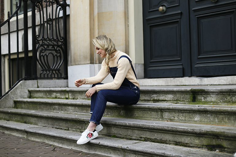 tuinbroek, embroidered sneakers, vanharen sneakers, tuinbroek, shearling coat, shearling jas, fashionblogger, fashion is a party, & other stories, zijvlecht, side braid, puma sneakers, tuinbroek combineren, boyfriend jeans, denim tuinbroek, levi's tuinbroek, h&m trend