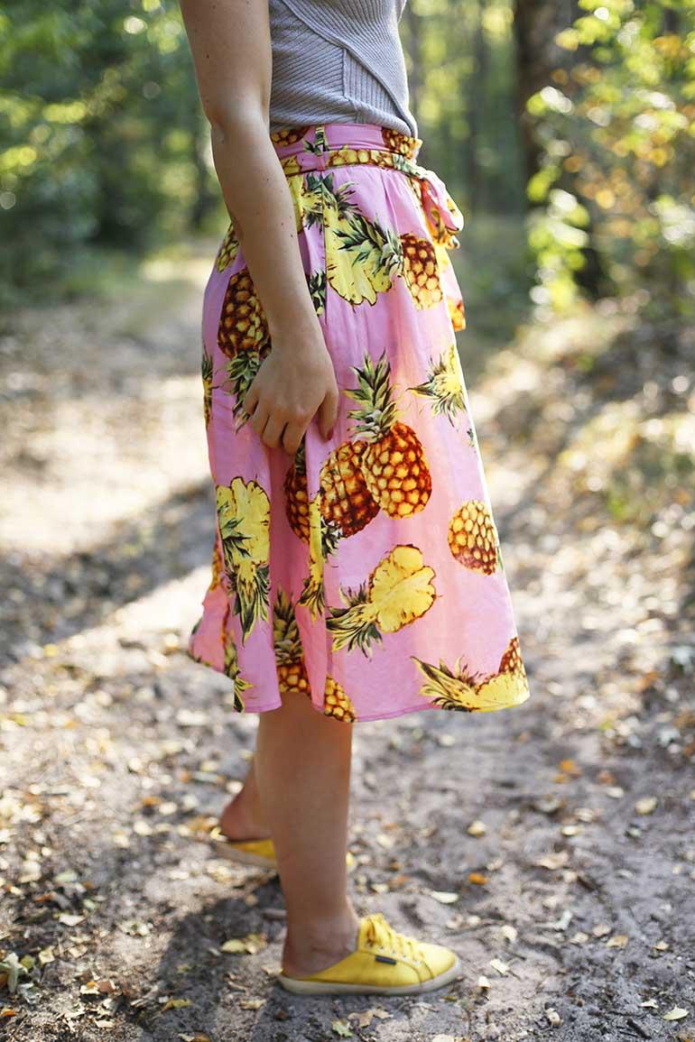 scarfz, ananasrok, ananasprint, scarfz.nl, roze rok, midirok, a-lijn rok, superga x the man repeller, satijnen sneakers, gele sneakers, zomerrok, zomeroutfit, tropische outfit, zomersale